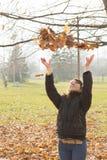счастливые детеныши женщины парка Стоковое Изображение RF