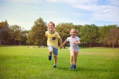 Счастливые дети бежать в парке Стоковая Фотография