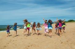 Счастливые дети бежать на пляже Стоковое Изображение RF