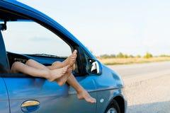 счастливые дети в автомобиле, отключении семьи, перемещении летних каникулов Стоковые Изображения