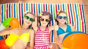 Счастливые дети в бассейне Стоковые Фото