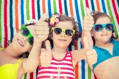 Счастливые дети в бассейне стоковая фотография rf