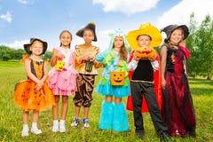 Счастливые дети в красочных костюмах хеллоуина Стоковая Фотография RF
