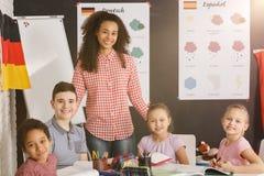 Счастливые дети в языковой школе стоковое изображение rf