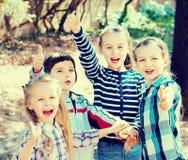 Счастливые дети держа руки и давая приятельство Стоковое Изображение RF