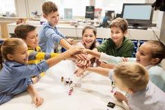 Счастливые дети держа руки на школе робототехники Стоковые Изображения RF