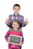 Счастливые дети держа шифер стоковое изображение