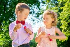 Счастливые дети делая пузыри мыла Стоковое фото RF