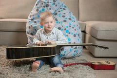 Счастливые дети играя гитару стоковые фотографии rf