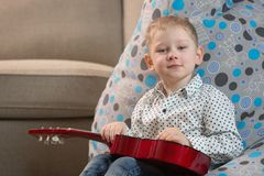 Счастливые дети играя гитару стоковое фото