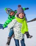Счастливые дети играя зиму Стоковые Изображения