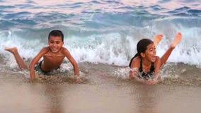 Счастливые дети играя на море акции видеоматериалы
