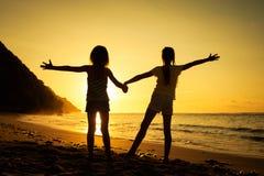 Счастливые дети играя на пляже Стоковая Фотография RF