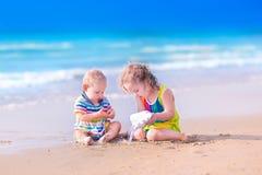 Счастливые дети играя на пляже Стоковое фото RF