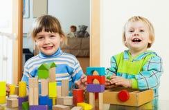 Счастливые дети играя с блоками в доме Стоковое Изображение RF