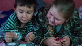 Счастливые дети играя с новой-fangled игрушкой вызвали обтекатель втулки Серебряная и красная пластмасса 4K сток-видео
