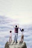Счастливые дети и их папа на скале Стоковые Фотографии RF