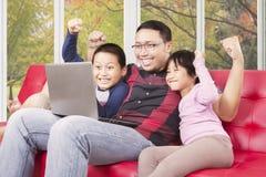 Счастливые дети и папа играя игры Стоковая Фотография RF