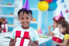 Счастливые дети на вечеринке по случаю дня рождения стоковые изображения