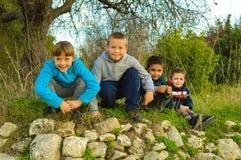 Счастливые дети на зеленой лужайке Стоковые Фотографии RF