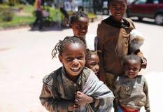 Счастливые дети на Мадагаскаре антенн стоковые изображения rf