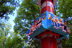 Счастливые дети на парке атракционов Стоковое Изображение