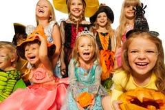 Счастливые дети нося хеллоуин костюмируют конец-вверх стоковое изображение