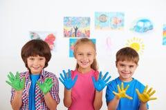 Счастливые дети показывая покрашенные руки Стоковые Изображения RF