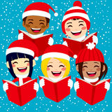 Счастливые дети поя рождественские гимны рождества Стоковое фото RF