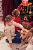Счастливые дети празднуя Новый Год Стоковое Фото