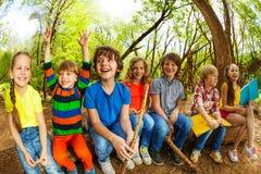 Счастливые дети сидя на журнале и книгах чтения Стоковые Фотографии RF
