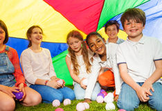 Счастливые дети сидя под сенью сделанной из парашюта Стоковое Фото