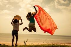 Счастливые дети скача на пляж Стоковые Фото