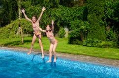 Счастливые дети скачут к бассейну Стоковое фото RF