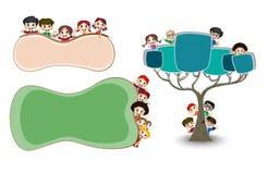 Счастливые дети смотря прищурясь за листом и деревом Стоковая Фотография RF