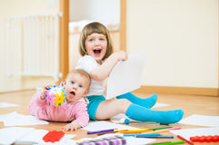Счастливые дети совместно в доме Стоковые Фотографии RF