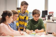 Счастливые дети строя роботы на школе робототехники Стоковая Фотография RF