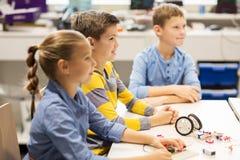 Счастливые дети строя роботы на школе робототехники Стоковые Изображения