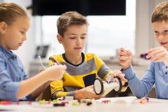 Счастливые дети строя роботы на школе робототехники Стоковое Изображение RF