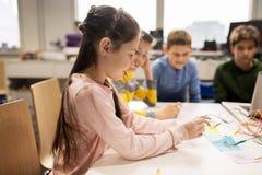 Счастливые дети с набором вымысла на школе робототехники Стоковые Фото