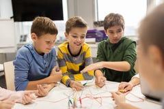 Счастливые дети с набором вымысла на школе робототехники Стоковое Изображение