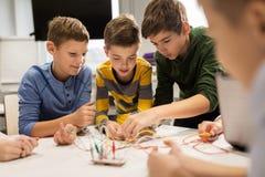 Счастливые дети с набором вымысла на школе робототехники Стоковое фото RF