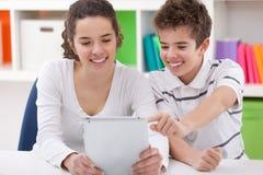 Счастливые дети с ПК таблетки Стоковое Изображение