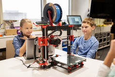 Счастливые дети с принтером 3d на школе робототехники Стоковое Изображение RF