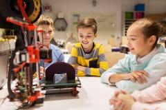 Счастливые дети с принтером 3d на школе робототехники Стоковые Фото