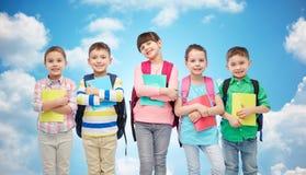 Счастливые дети с сумками и тетрадями школы Стоковое Фото