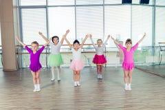 Счастливые дети танцуя дальше в зале, здоровой жизни, kid& x27; s togethern Стоковые Фотографии RF