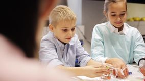 Счастливые дети уча на школе робототехники