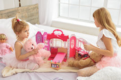 Счастливые 2 дет имея потеху с игрушками Стоковое Фото