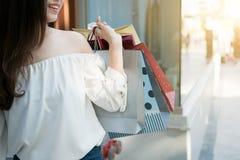 Счастливые женские руки держащ хозяйственные сумки Стоковая Фотография RF